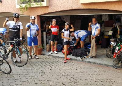 Vélos déchargés et cyclistes équipés