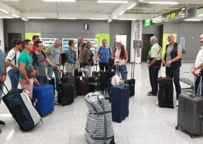 Arrivée VIP aéroport de Majorque. Certains sont attentifs, d'autres moins.