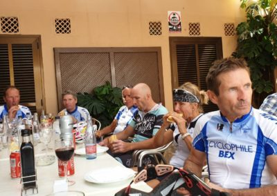 Ravito à Valldemossa. Dom pense é la montée pendant que Françoise mange allègrement.